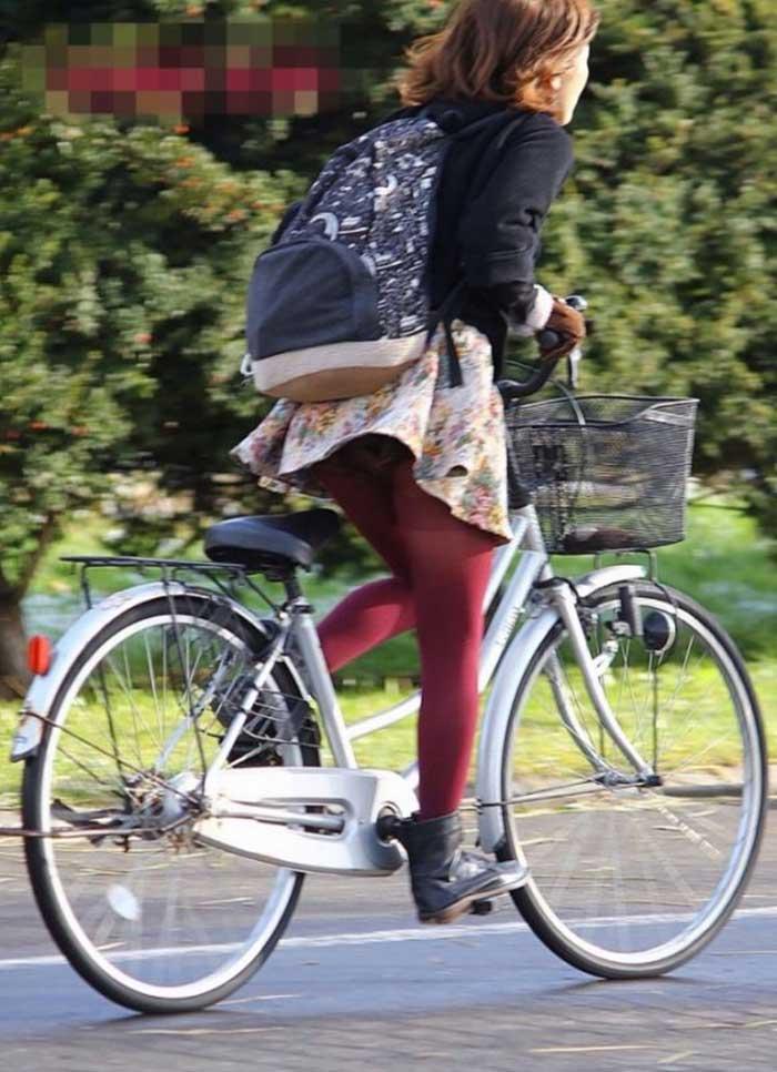 【自転車パンチラエロ画像】一日の始まりや終わりをを華やかにしてくれる自転車パンチラ!前も後もばっちり見えちゃった画像集めました。 21