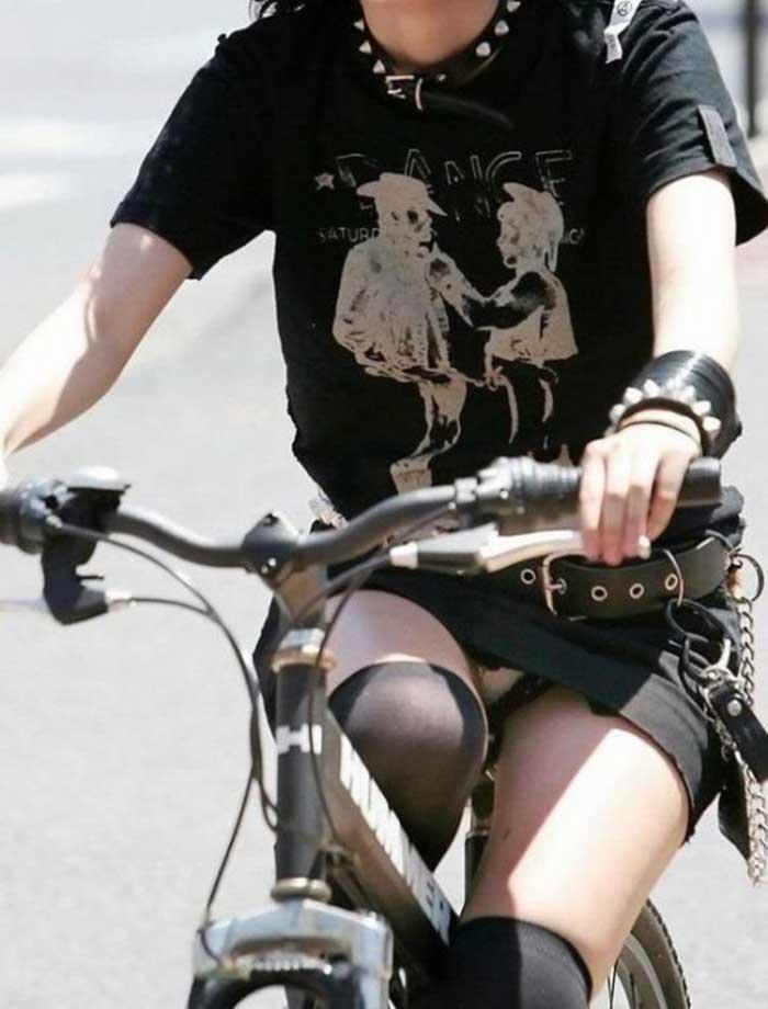 【自転車パンチラエロ画像】一日の始まりや終わりをを華やかにしてくれる自転車パンチラ!前も後もばっちり見えちゃった画像集めました。 23