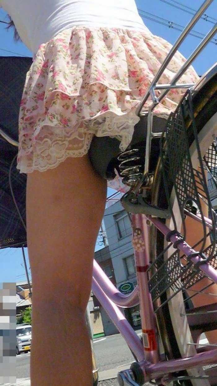 【自転車パンチラエロ画像】一日の始まりや終わりをを華やかにしてくれる自転車パンチラ!前も後もばっちり見えちゃった画像集めました。 27