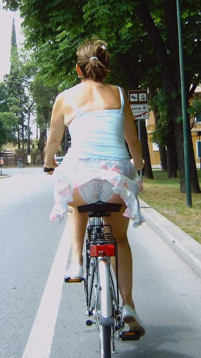 【自転車パンチラエロ画像】一日の始まりや終わりをを華やかにしてくれる自転車パンチラ!前も後もばっちり見えちゃった画像集めました。 28