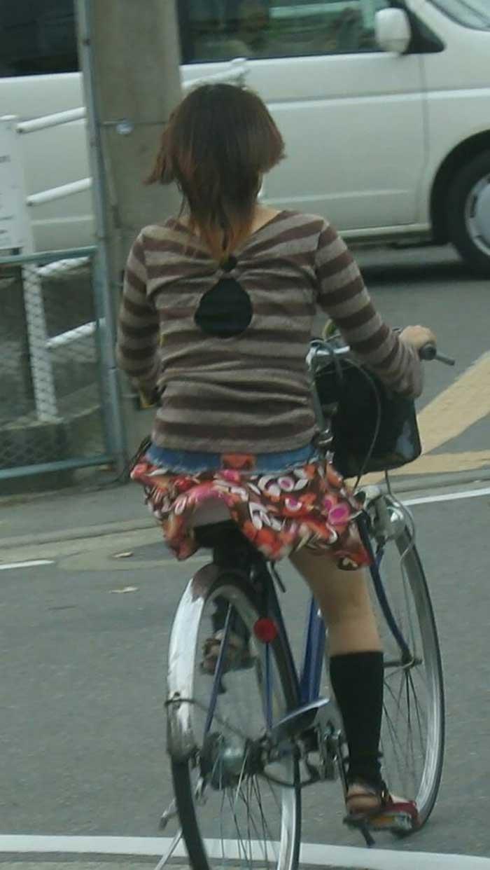 【自転車パンチラエロ画像】一日の始まりや終わりをを華やかにしてくれる自転車パンチラ!前も後もばっちり見えちゃった画像集めました。 29