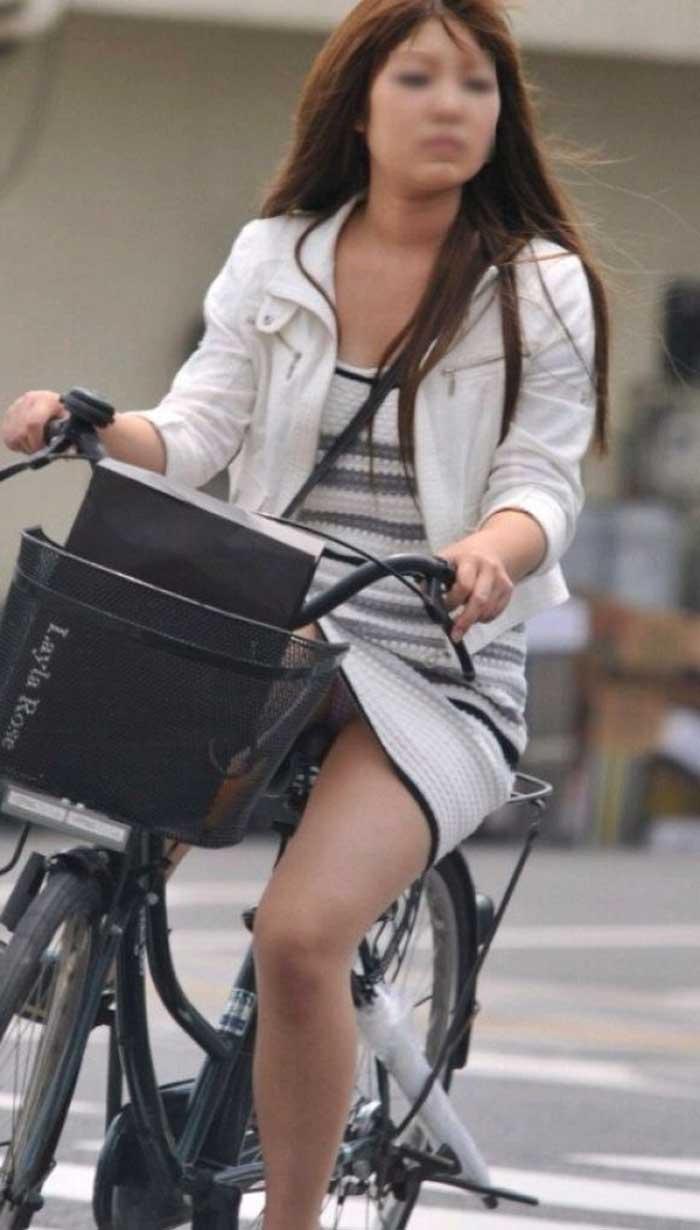【自転車パンチラエロ画像】一日の始まりや終わりをを華やかにしてくれる自転車パンチラ!前も後もばっちり見えちゃった画像集めました。 35