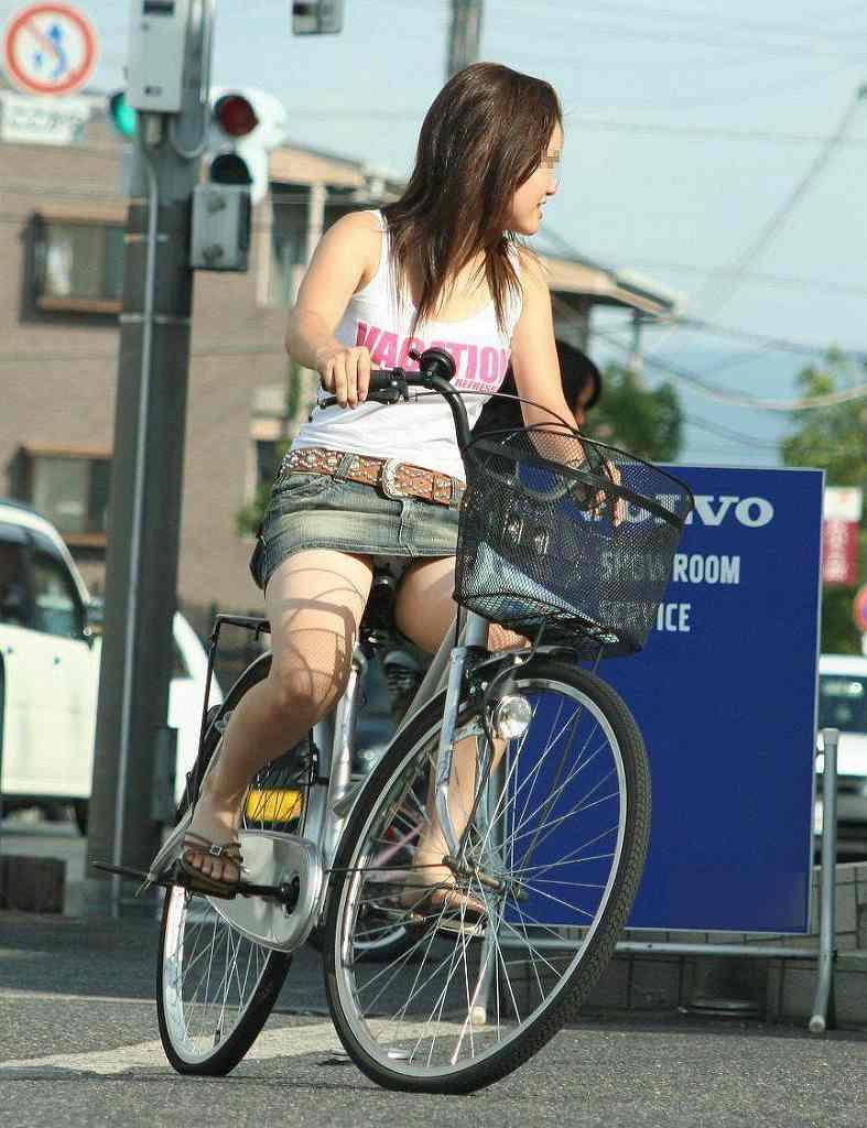 【自転車パンチラエロ画像】一日の始まりや終わりをを華やかにしてくれる自転車パンチラ!前も後もばっちり見えちゃった画像集めました。 37