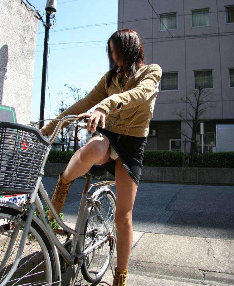 【自転車パンチラエロ画像】一日の始まりや終わりをを華やかにしてくれる自転車パンチラ!前も後もばっちり見えちゃった画像集めました。 38