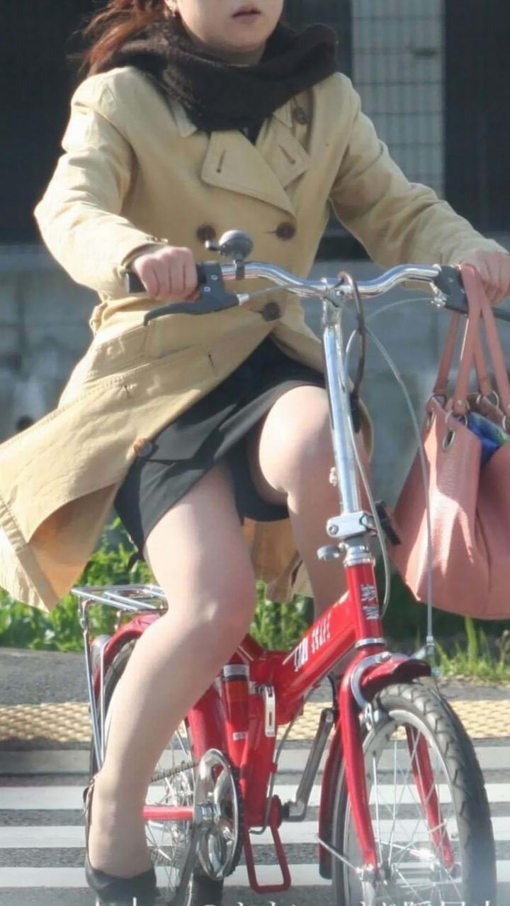【自転車パンチラエロ画像】一日の始まりや終わりをを華やかにしてくれる自転車パンチラ!前も後もばっちり見えちゃった画像集めました。 41