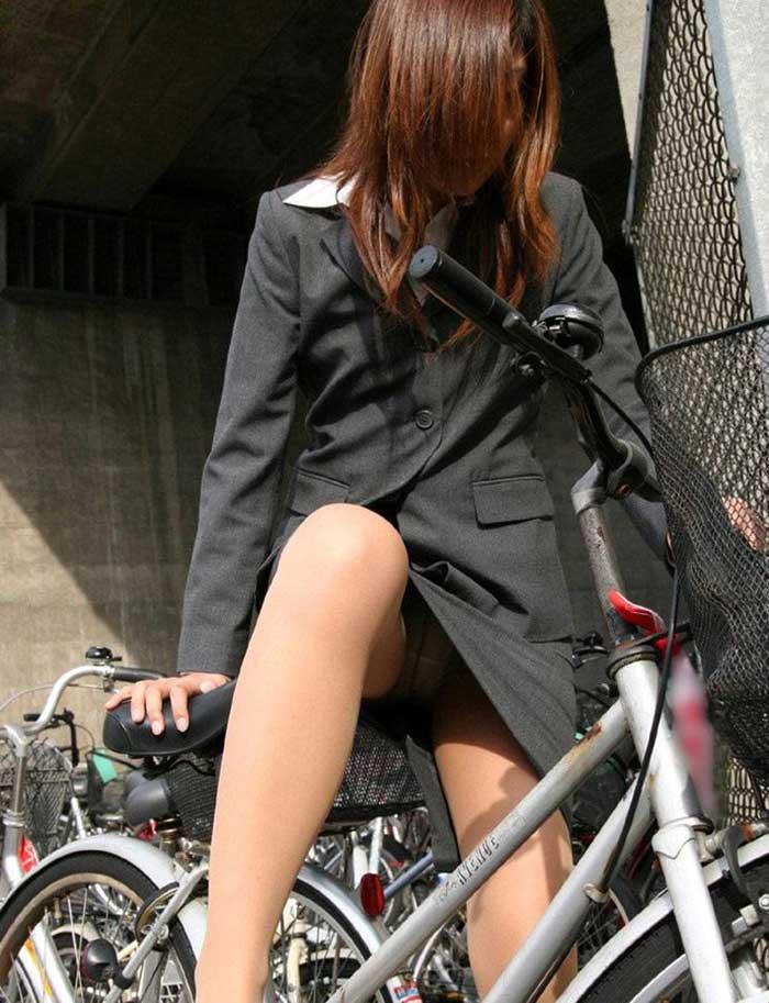 【自転車パンチラエロ画像】一日の始まりや終わりをを華やかにしてくれる自転車パンチラ!前も後もばっちり見えちゃった画像集めました。 46