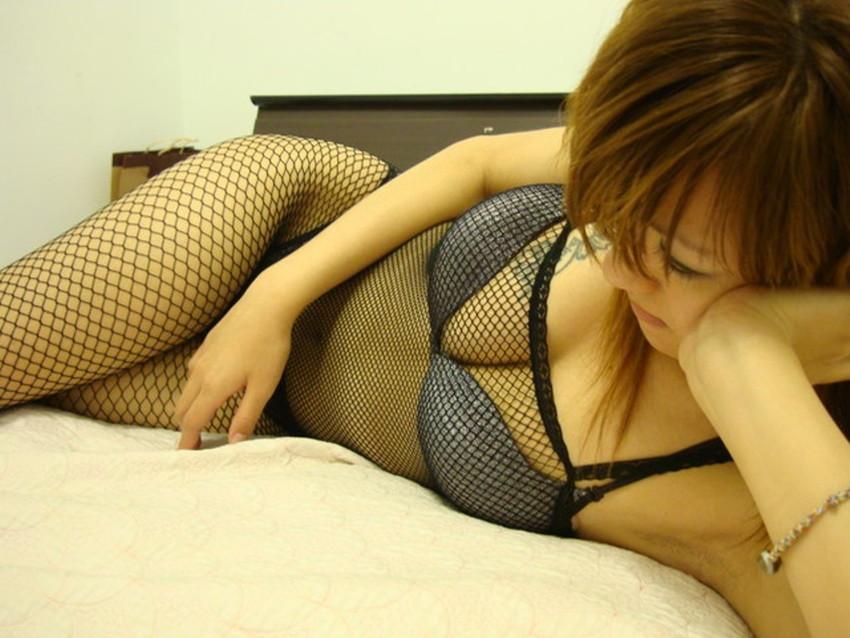 【全身タイツエロ画像】裸に全身タイツが普通の網タイツより100万倍エロいという法則!乳首完全にこすれちゃってますよねwwどんどん勃起してますよ 40