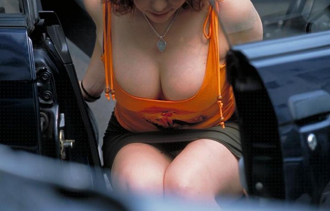 【パンチラエロ画像】車を降りる瞬間のミニスカートには町中の男の視線が集まってますよーww降車パンチラを見事にとらえた画像集