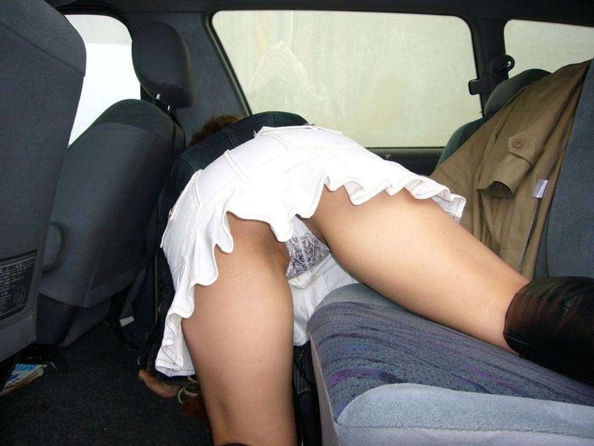 【パンチラエロ画像】車を降りる瞬間のミニスカートには町中の男の視線が集まってますよーww降車パンチラを見事にとらえた画像集 05