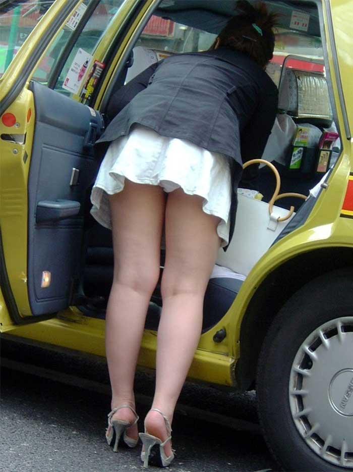 【パンチラエロ画像】車を降りる瞬間のミニスカートには町中の男の視線が集まってますよーww降車パンチラを見事にとらえた画像集 07