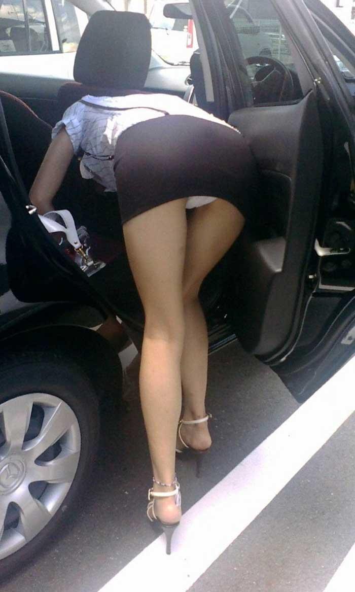 【パンチラエロ画像】車を降りる瞬間のミニスカートには町中の男の視線が集まってますよーww降車パンチラを見事にとらえた画像集 08