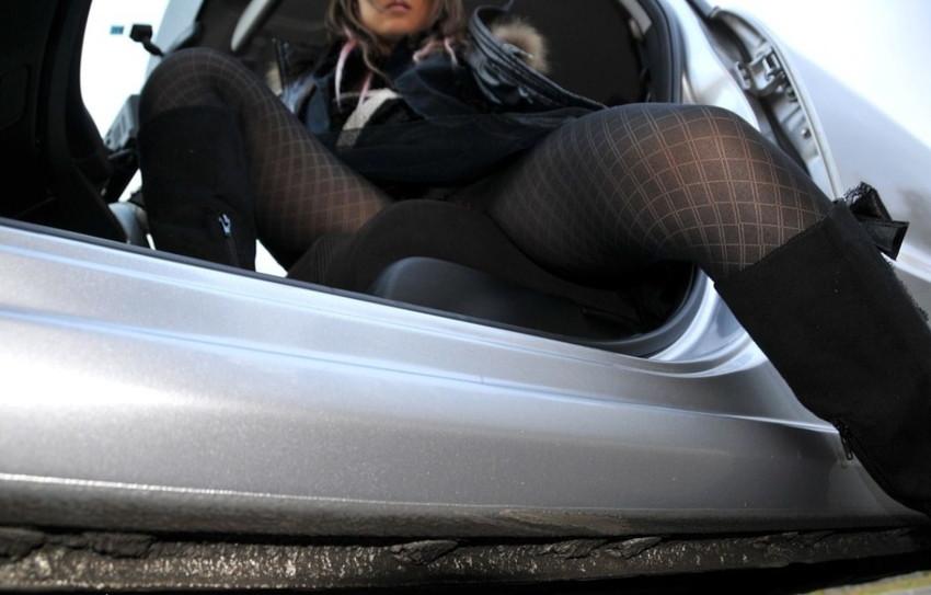 【パンチラエロ画像】車を降りる瞬間のミニスカートには町中の男の視線が集まってますよーww降車パンチラを見事にとらえた画像集 09