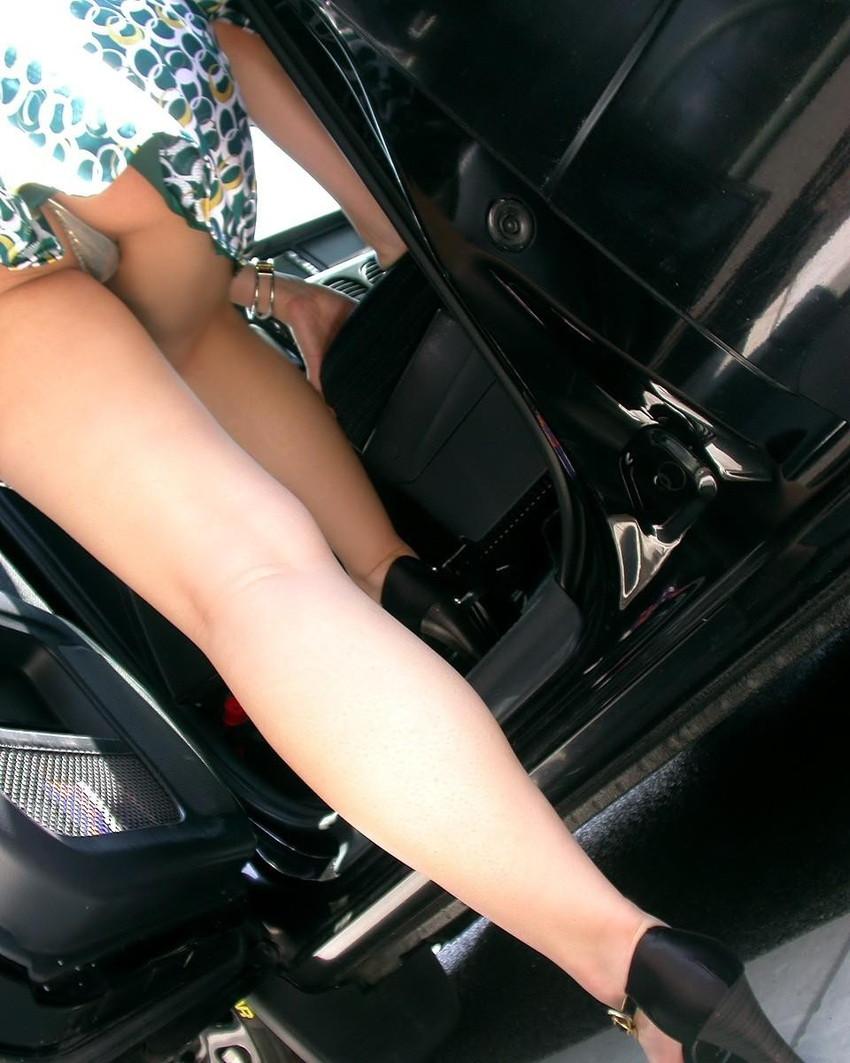 【パンチラエロ画像】車を降りる瞬間のミニスカートには町中の男の視線が集まってますよーww降車パンチラを見事にとらえた画像集 11