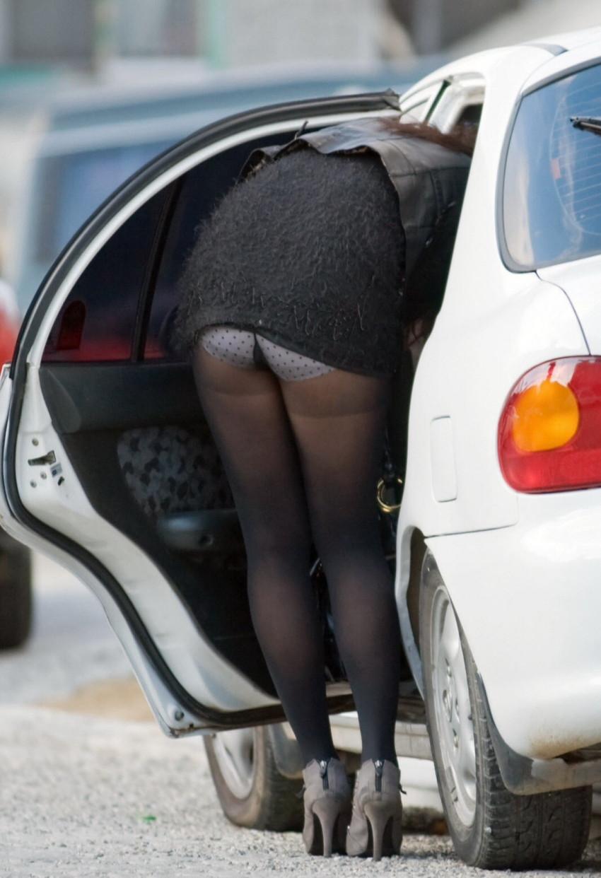 【パンチラエロ画像】車を降りる瞬間のミニスカートには町中の男の視線が集まってますよーww降車パンチラを見事にとらえた画像集 17