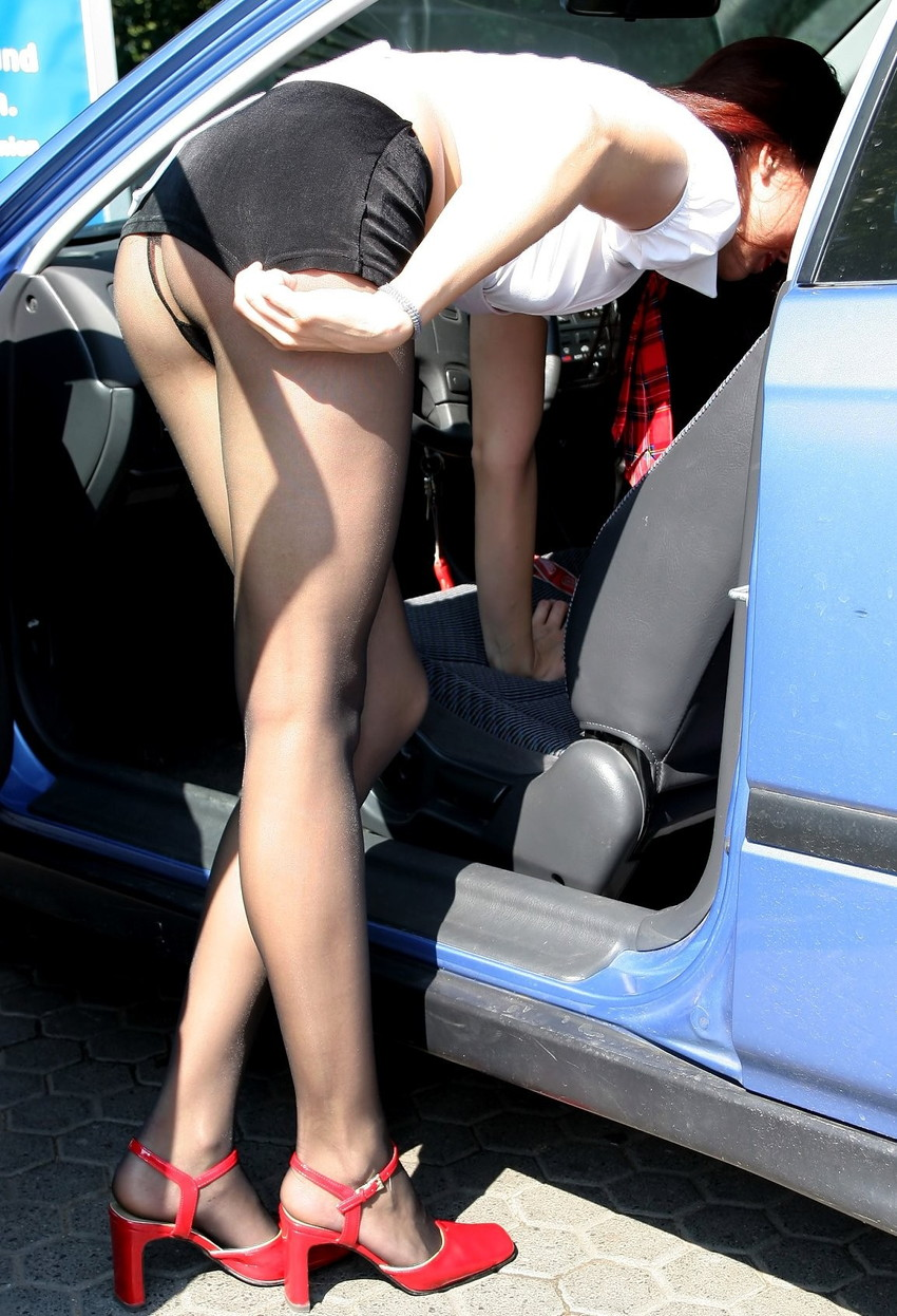 【パンチラエロ画像】車を降りる瞬間のミニスカートには町中の男の視線が集まってますよーww降車パンチラを見事にとらえた画像集 18