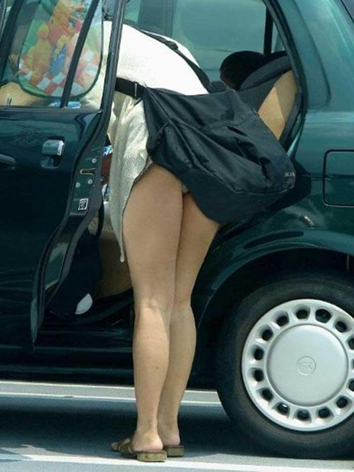 【パンチラエロ画像】車を降りる瞬間のミニスカートには町中の男の視線が集まってますよーww降車パンチラを見事にとらえた画像集 29