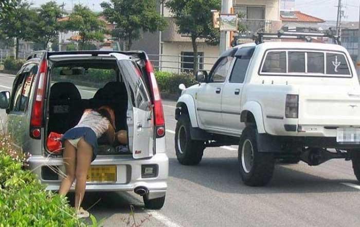 【パンチラエロ画像】車を降りる瞬間のミニスカートには町中の男の視線が集まってますよーww降車パンチラを見事にとらえた画像集 31