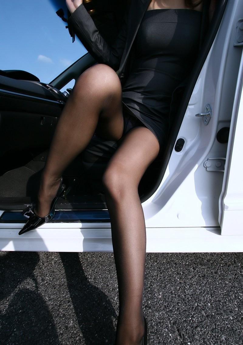 【パンチラエロ画像】車を降りる瞬間のミニスカートには町中の男の視線が集まってますよーww降車パンチラを見事にとらえた画像集 38