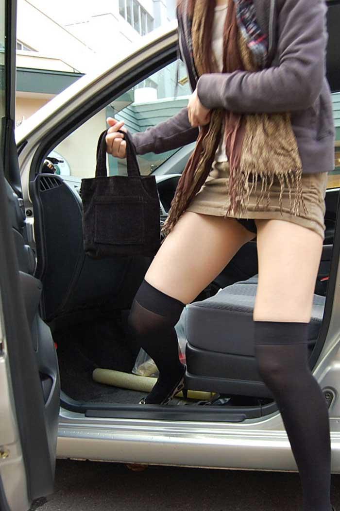 【パンチラエロ画像】車を降りる瞬間のミニスカートには町中の男の視線が集まってますよーww降車パンチラを見事にとらえた画像集 41