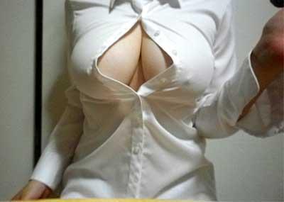 【白シャツエロ画像】白シャツから透ける乳首やアンダーヘアーが極めつけにエロい!下も履かずに白シャツだけなんて、完全にエロ狙いでしょうw
