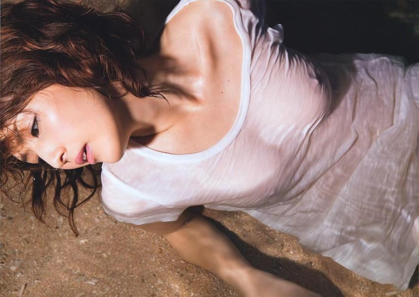 【Tシャツ透けエロ画像】ブラだ水着だ乳首だ!透けるTシャツおエロさは最高です。海や街で見つけた透っけ透けのエロ画像50選!