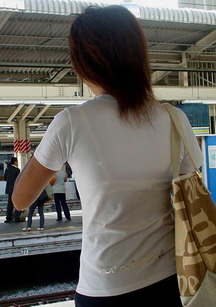 【Tシャツ透けエロ画像】ブラだ水着だ乳首だ!透けるTシャツおエロさは最高です。海や街で見つけた透っけ透けのエロ画像50選! 23