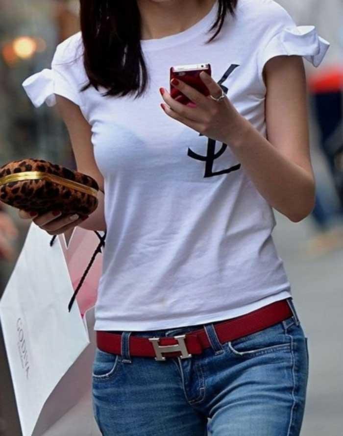 【Tシャツ透けエロ画像】ブラだ水着だ乳首だ!透けるTシャツおエロさは最高です。海や街で見つけた透っけ透けのエロ画像50選! 36