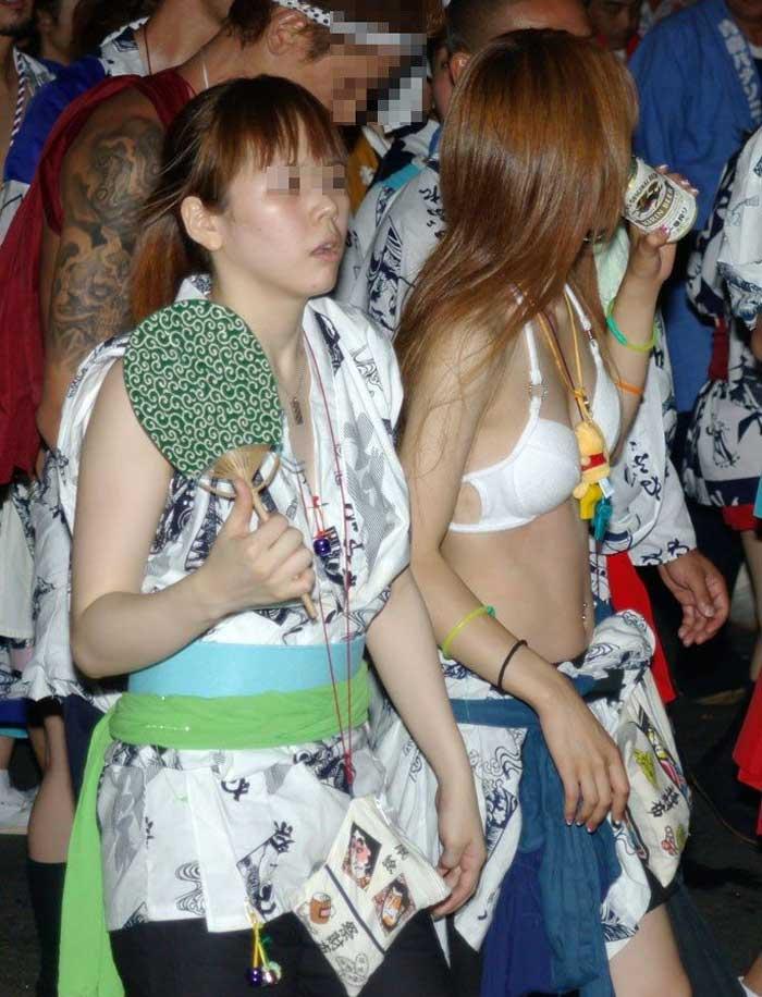【祭りエロ画像】カップルからのおすそ分けwwお祭りでテンション上がってる娘のパンチラやお神輿での乳首露出など・・お祭りエロ画像集 05