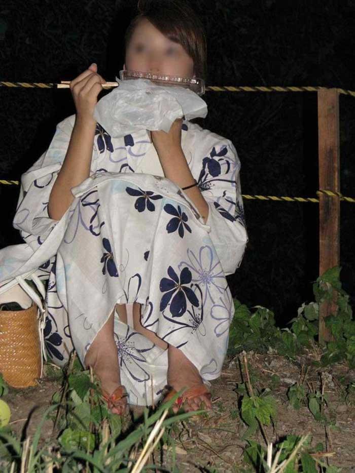 【祭りエロ画像】カップルからのおすそ分けwwお祭りでテンション上がってる娘のパンチラやお神輿での乳首露出など・・お祭りエロ画像集 30