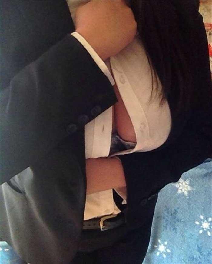 【胸チラエロ画像】ブラウスのボタンの隙間から見えるおっぱいが一回りして一番エロいと思う俺が集めた最高の素人ブラウス胸チラ画像50枚 43