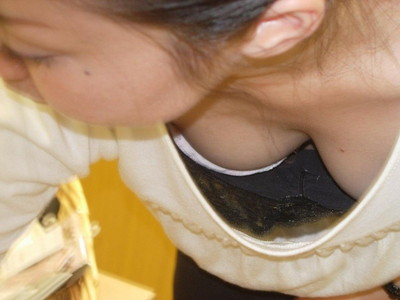 【胸チラエロ画像】ユルめの胸元から谷間だけならまだしも、時々ブラも緩くて乳首見えちゃってる画像集!垂れ下がったおっぱいが見逃せない最高の胸チラ集 20