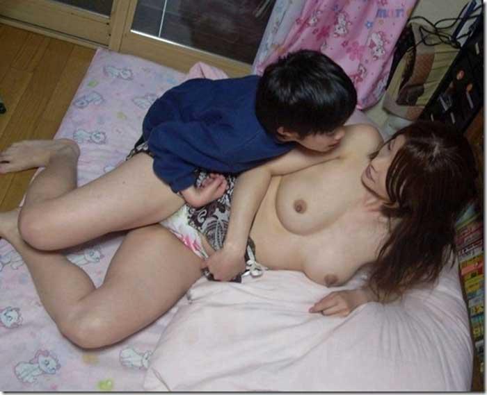 【ママエロ画像】若いママの胸チラ、パンチラがたまらなくエロい!子連れ主婦のユルいぶぶんを狙い撃ちした画像集でヌこう!