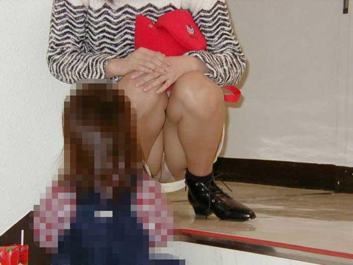 【ママエロ画像】若いママの胸チラ、パンチラがたまらなくエロい!子連れ主婦のユルいぶぶんを狙い撃ちした画像集でヌこう! 19