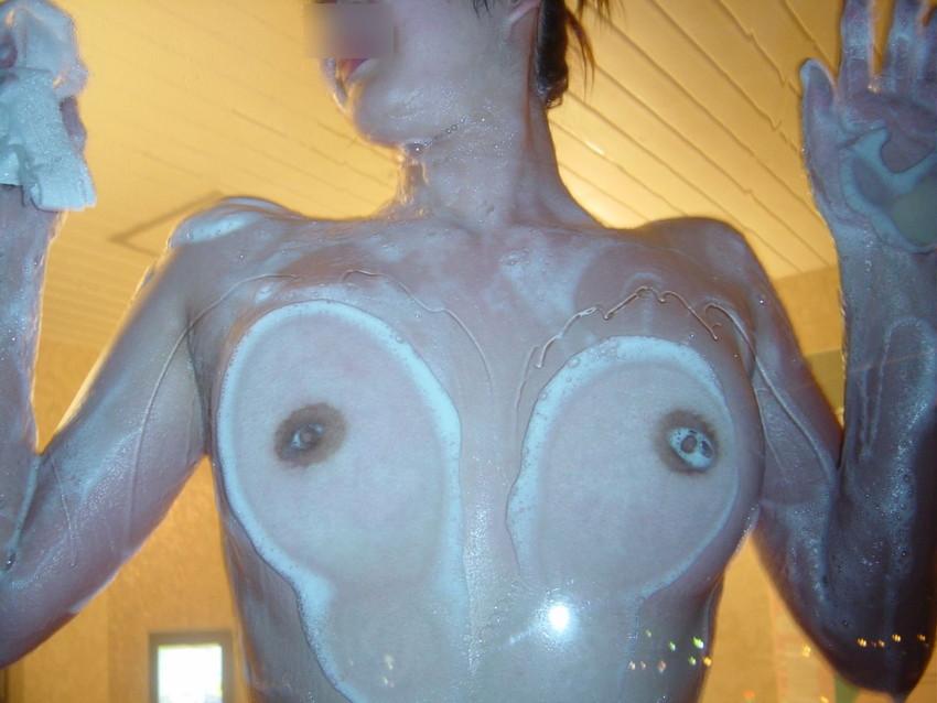 【おっぱいエロ画像】ガラスに押し付けたおっぱいが異常なほどエロい!ひんやりエロいつぶれ乳首やおっぱいの画像を集めてみました。 14