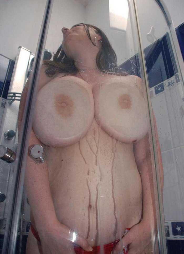 【おっぱいエロ画像】ガラスに押し付けたおっぱいが異常なほどエロい!ひんやりエロいつぶれ乳首やおっぱいの画像を集めてみました。 15