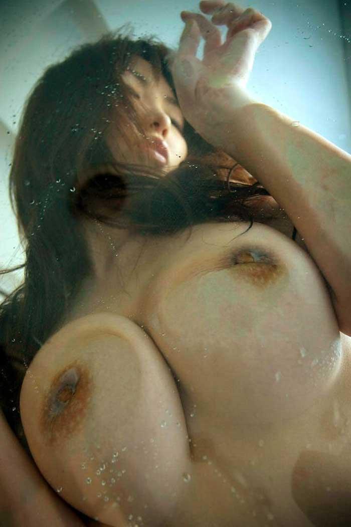 【おっぱいエロ画像】ガラスに押し付けたおっぱいが異常なほどエロい!ひんやりエロいつぶれ乳首やおっぱいの画像を集めてみました。 25