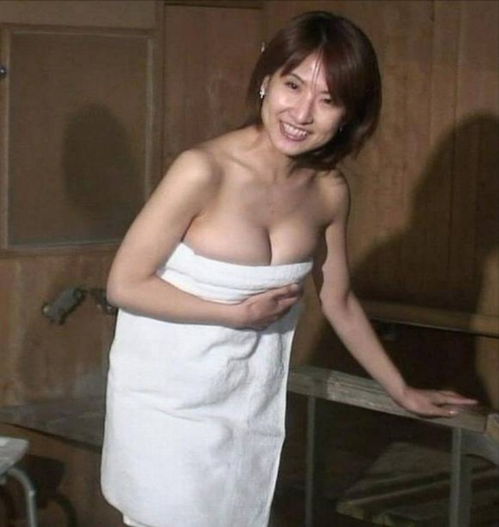 【温泉エロ画像】温泉とおっぱいの組み合わせが王道エロでヌける!温泉ロケで映っちゃったりグラビアだったり温泉とおっぱいの画像集 10