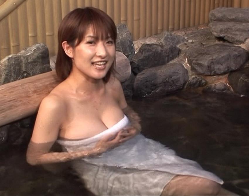 【温泉エロ画像】温泉とおっぱいの組み合わせが王道エロでヌける!温泉ロケで映っちゃったりグラビアだったり温泉とおっぱいの画像集 15