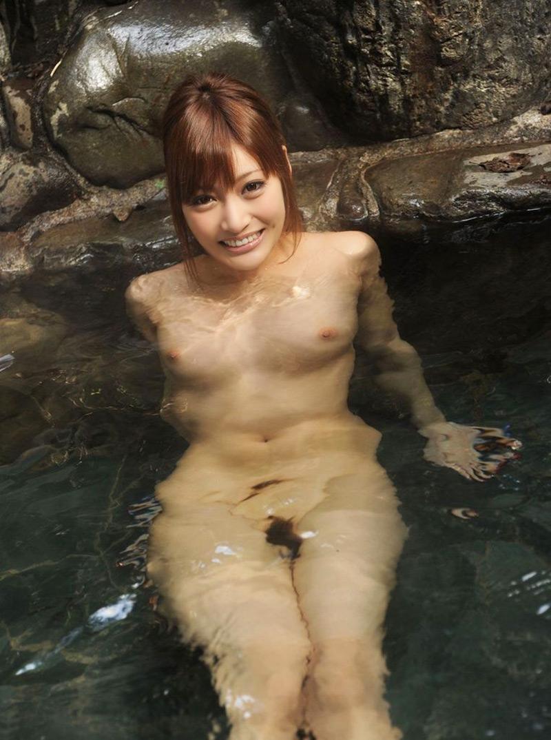 【温泉エロ画像】温泉とおっぱいの組み合わせが王道エロでヌける!温泉ロケで映っちゃったりグラビアだったり温泉とおっぱいの画像集 26