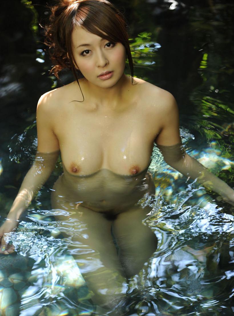 【温泉エロ画像】温泉とおっぱいの組み合わせが王道エロでヌける!温泉ロケで映っちゃったりグラビアだったり温泉とおっぱいの画像集 33