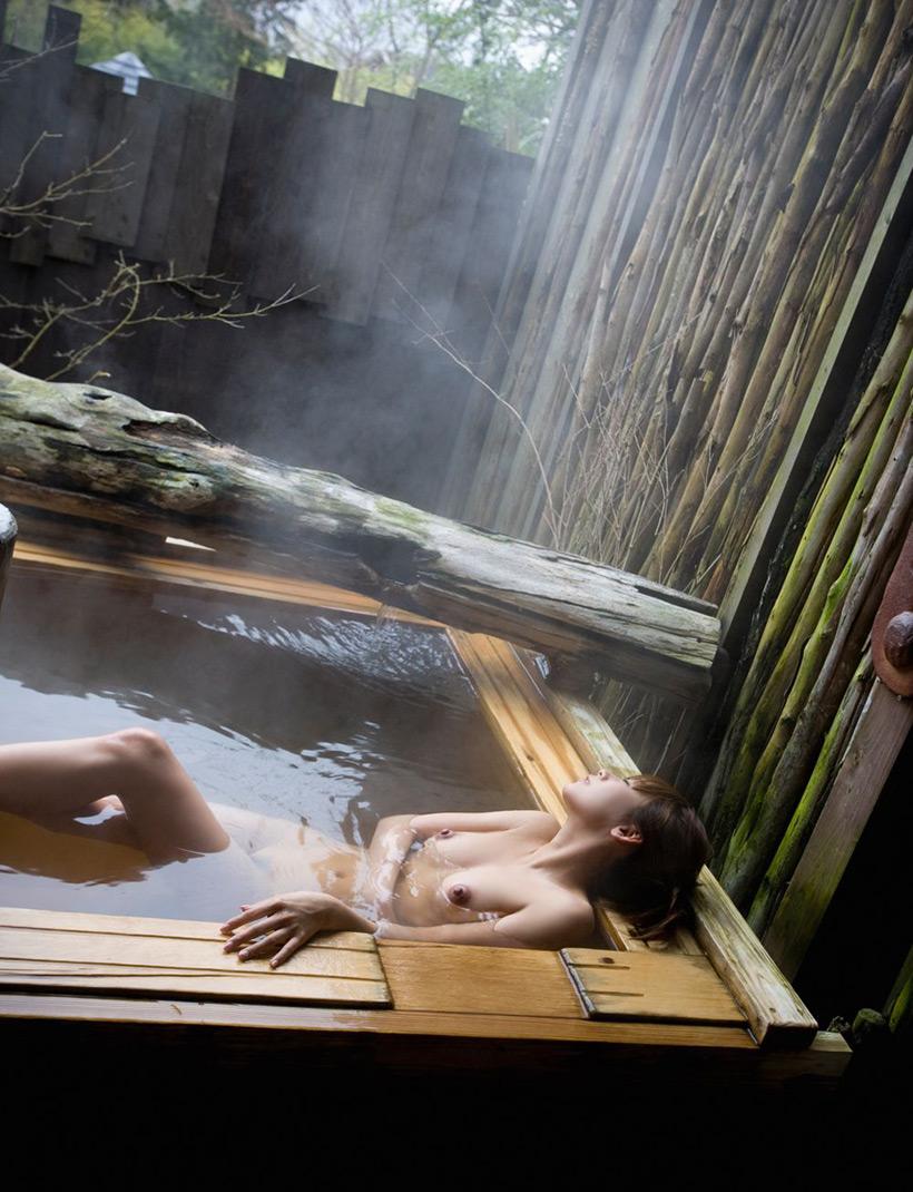 【温泉エロ画像】温泉とおっぱいの組み合わせが王道エロでヌける!温泉ロケで映っちゃったりグラビアだったり温泉とおっぱいの画像集 35