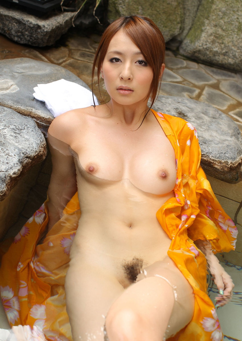 【温泉エロ画像】温泉とおっぱいの組み合わせが王道エロでヌける!温泉ロケで映っちゃったりグラビアだったり温泉とおっぱいの画像集 42