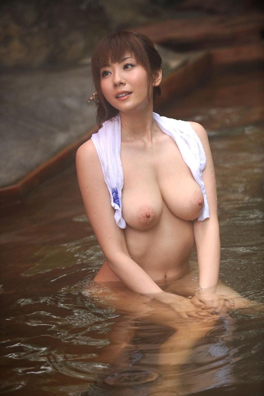 【温泉エロ画像】温泉とおっぱいの組み合わせが王道エロでヌける!温泉ロケで映っちゃったりグラビアだったり温泉とおっぱいの画像集 49