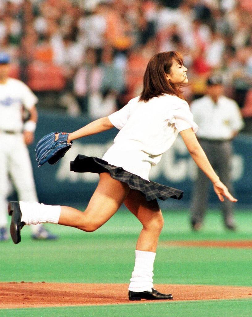 【始球式エロ画像】野球好きじゃなくてもコレは絶対好き!アイドル始球式のパンチラやムチムチ太もも画像を集めてみたぜ!