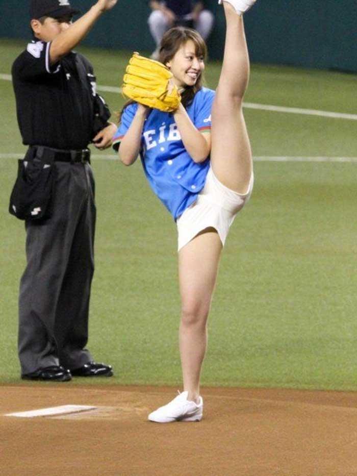 【始球式エロ画像】野球好きじゃなくてもコレは絶対好き!アイドル始球式のパンチラやムチムチ太もも画像を集めてみたぜ! 02