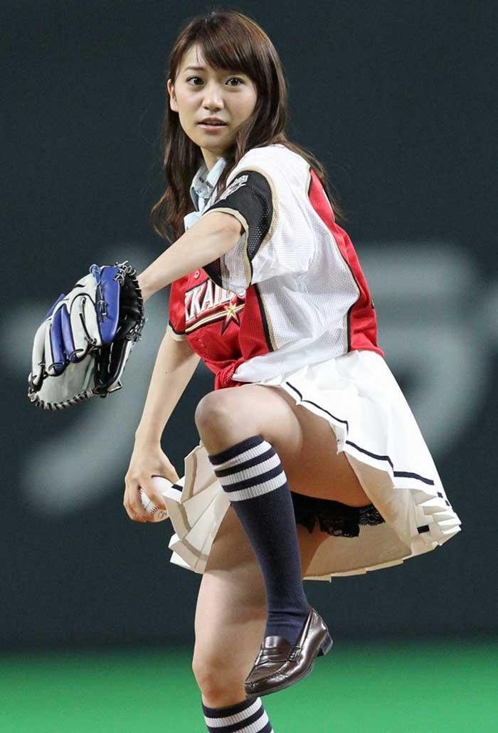 【始球式エロ画像】野球好きじゃなくてもコレは絶対好き!アイドル始球式のパンチラやムチムチ太もも画像を集めてみたぜ! 11