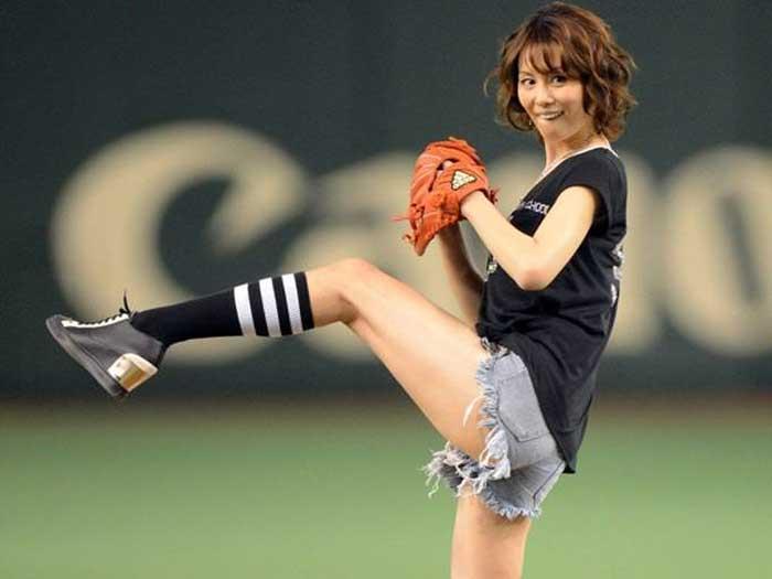 【始球式エロ画像】野球好きじゃなくてもコレは絶対好き!アイドル始球式のパンチラやムチムチ太もも画像を集めてみたぜ! 29