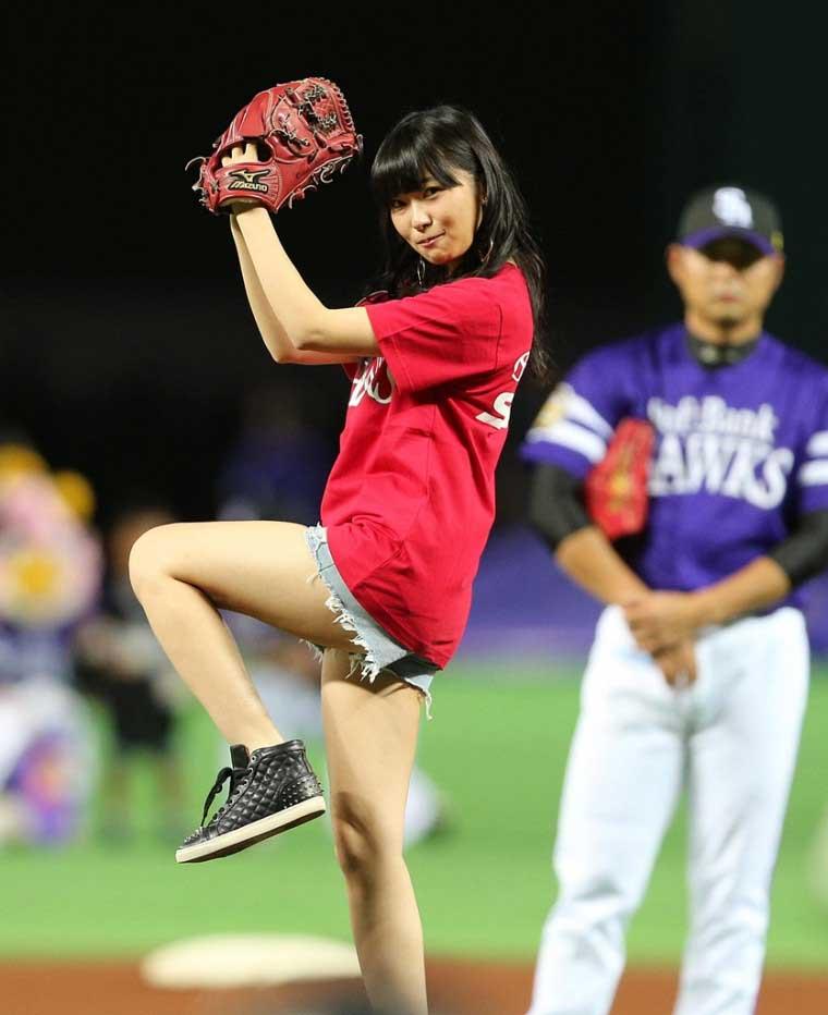 【始球式エロ画像】野球好きじゃなくてもコレは絶対好き!アイドル始球式のパンチラやムチムチ太もも画像を集めてみたぜ! 36