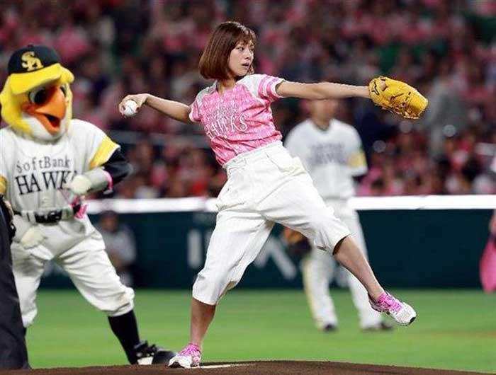 【始球式エロ画像】野球好きじゃなくてもコレは絶対好き!アイドル始球式のパンチラやムチムチ太もも画像を集めてみたぜ! 41