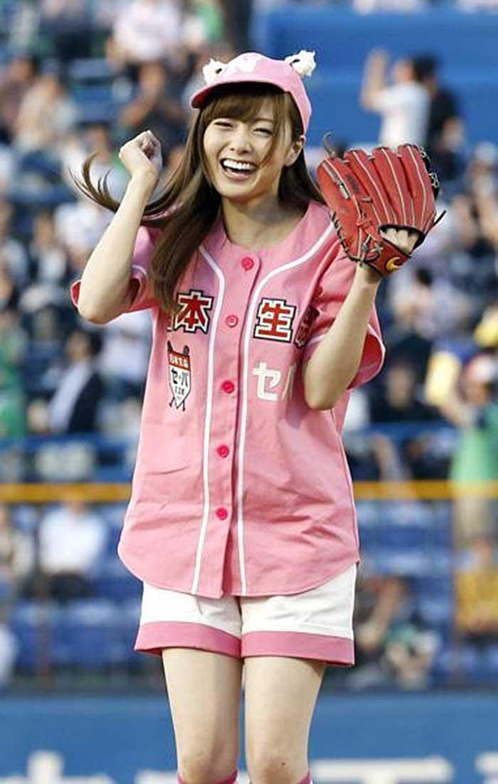 【始球式エロ画像】野球好きじゃなくてもコレは絶対好き!アイドル始球式のパンチラやムチムチ太もも画像を集めてみたぜ! 42